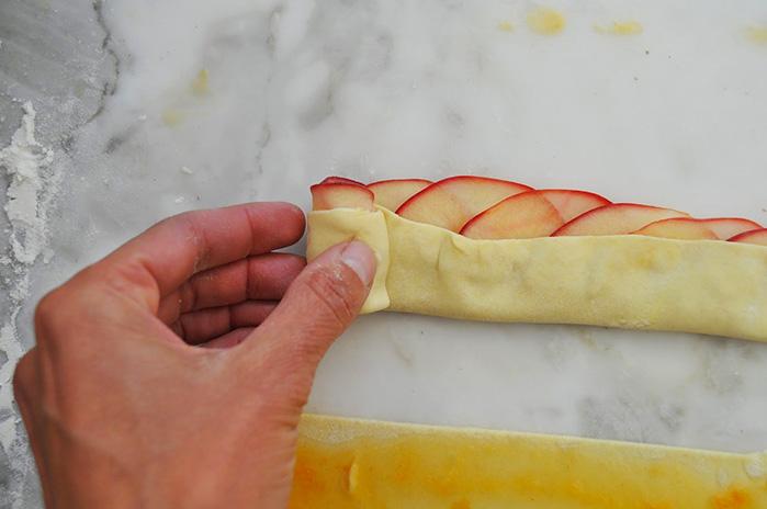 Рецепт розочки из яблок в слоеном бездрожжевом тесте рецепт